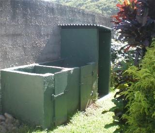 les déchets organiques sont mis dans notre compost