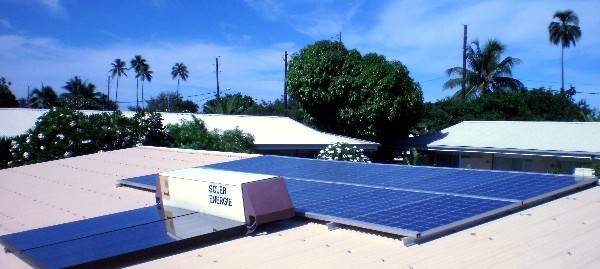 Les panneaux solaire de la pension de la plage récoltent l'énergie solaire